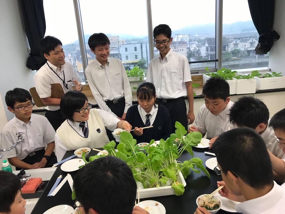 試食会を楽しむ科学部の生徒たち