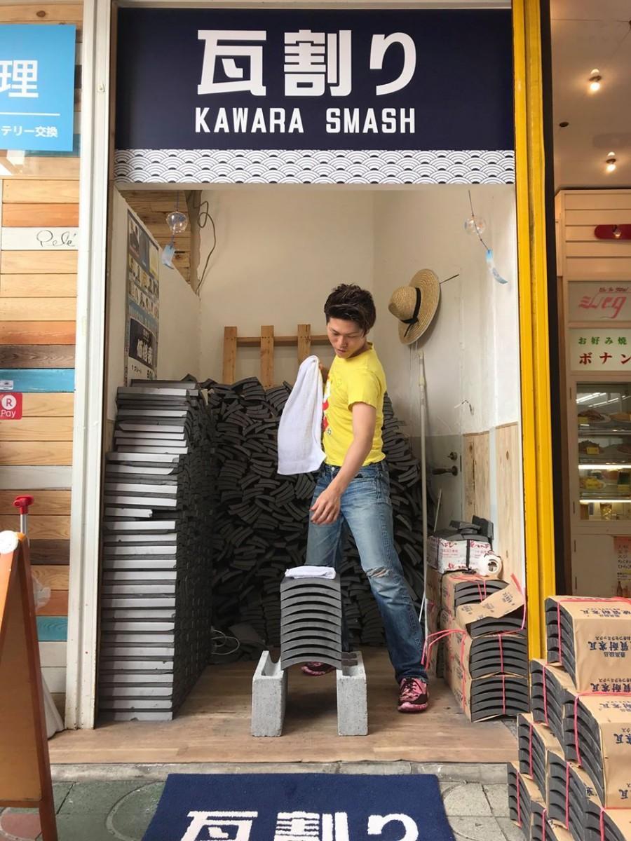 瓦割りに挑戦した市内の美容師、田中宏明さん