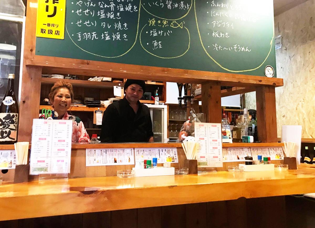 店主の島元愛以さん(左)