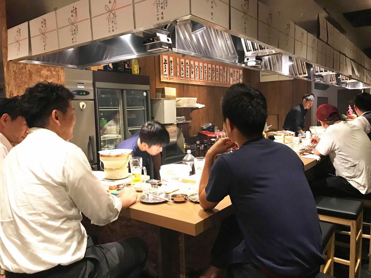 姫路の南町栄通り商店街にオープンした「金べこ」店内