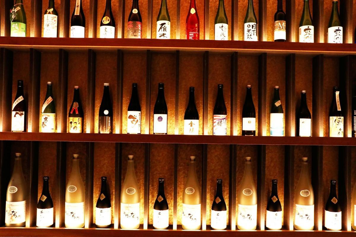全国各地から取り寄せた日本酒が並ぶ店内