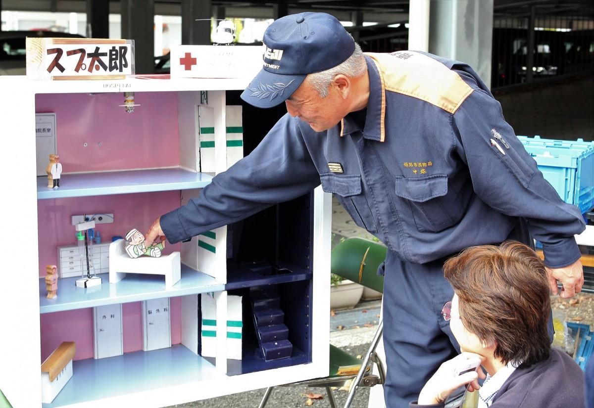 「スプ太郎」という模型装置を使い、建物の消防設備を学ぶリアル体験