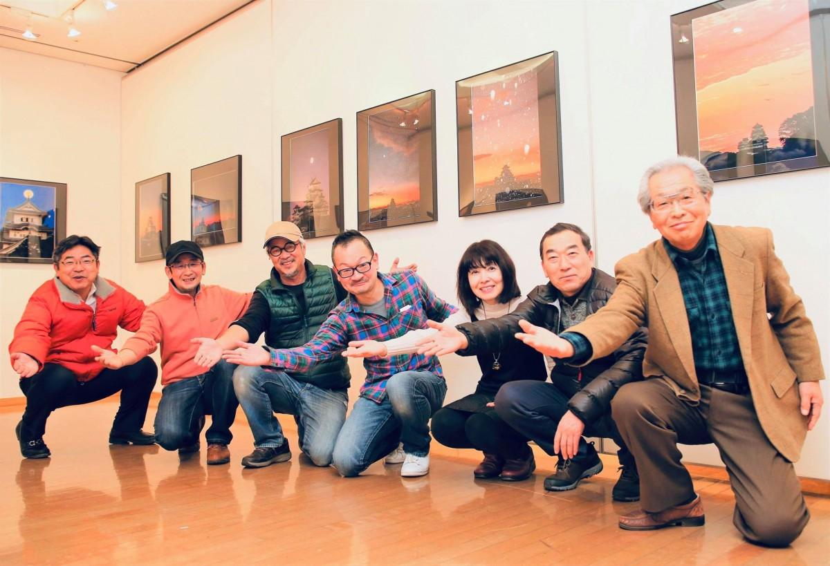 姫路城写真倶楽部のメンバー。左から3人目が島内治彦さん