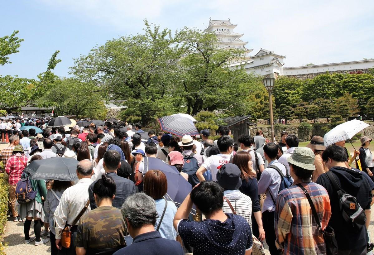 姫路城への入城を待つ人たち