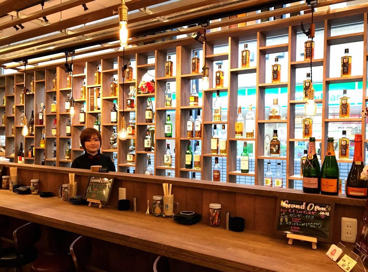ウイスキーの陳列を工夫した店内と野村弓佳店長