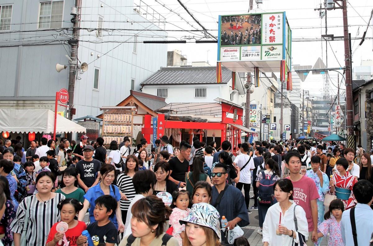大勢の人出でにぎわった「姫路ゆかたまつり」会場の様子