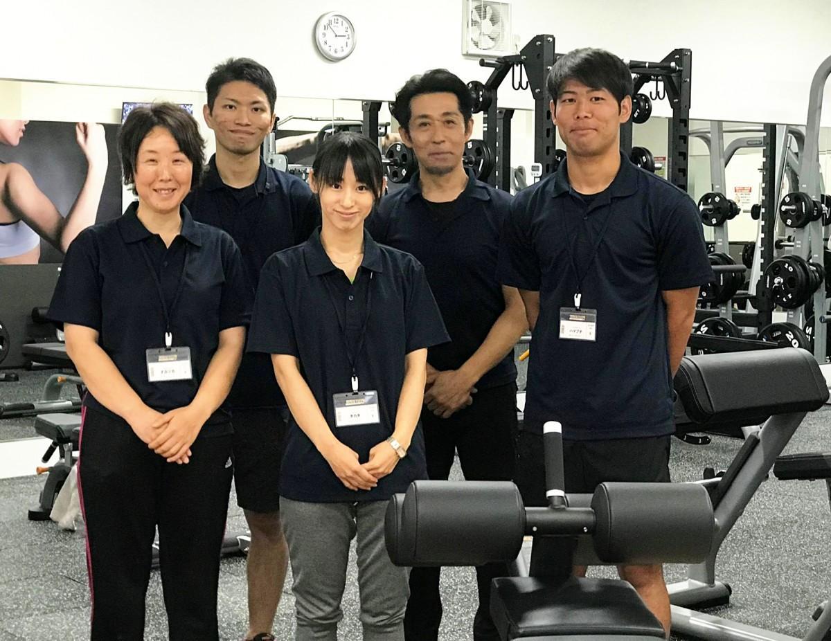トレーナーの濵渕崇矢さん(右)