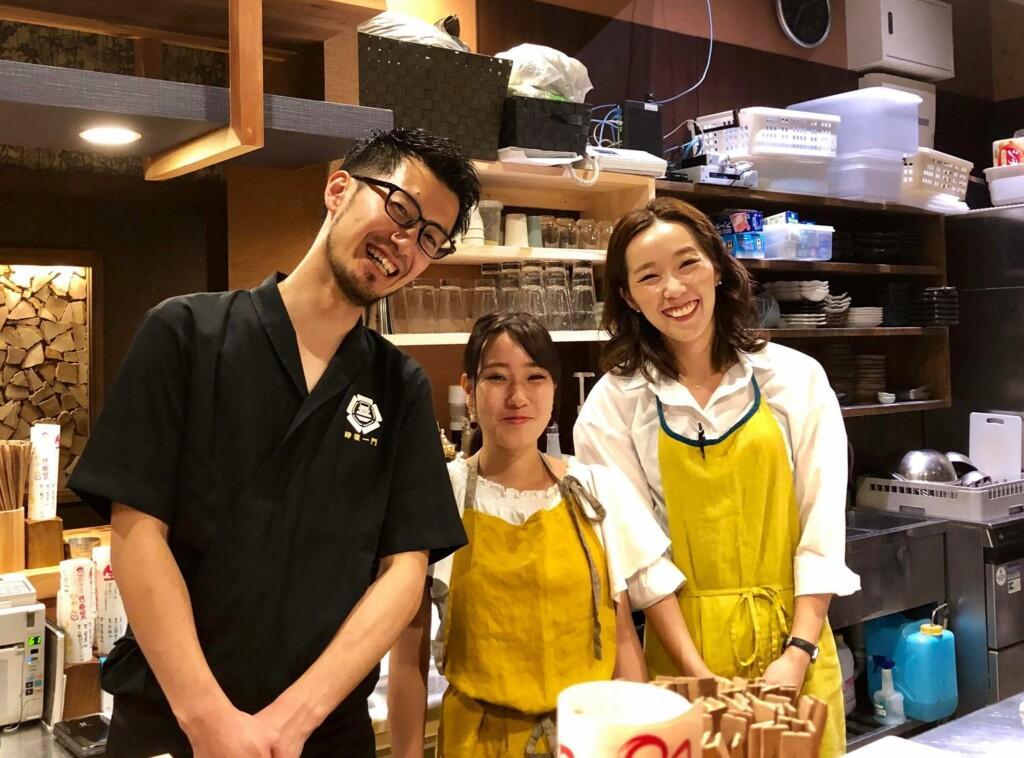 店長の岩田亮太さん(左)
