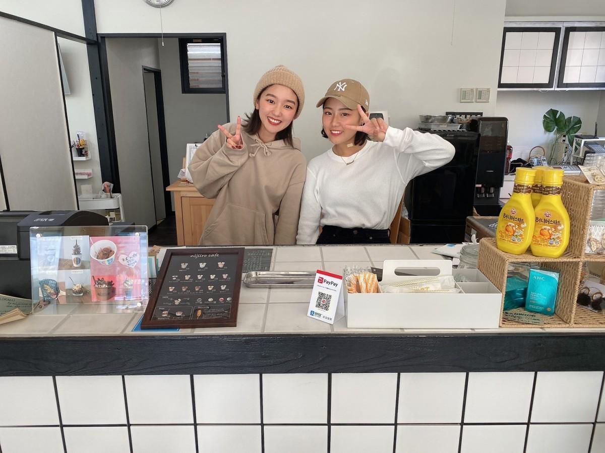 店長の山領亜美さん(左)。前田さんの三女の前田心瑠さん(右)