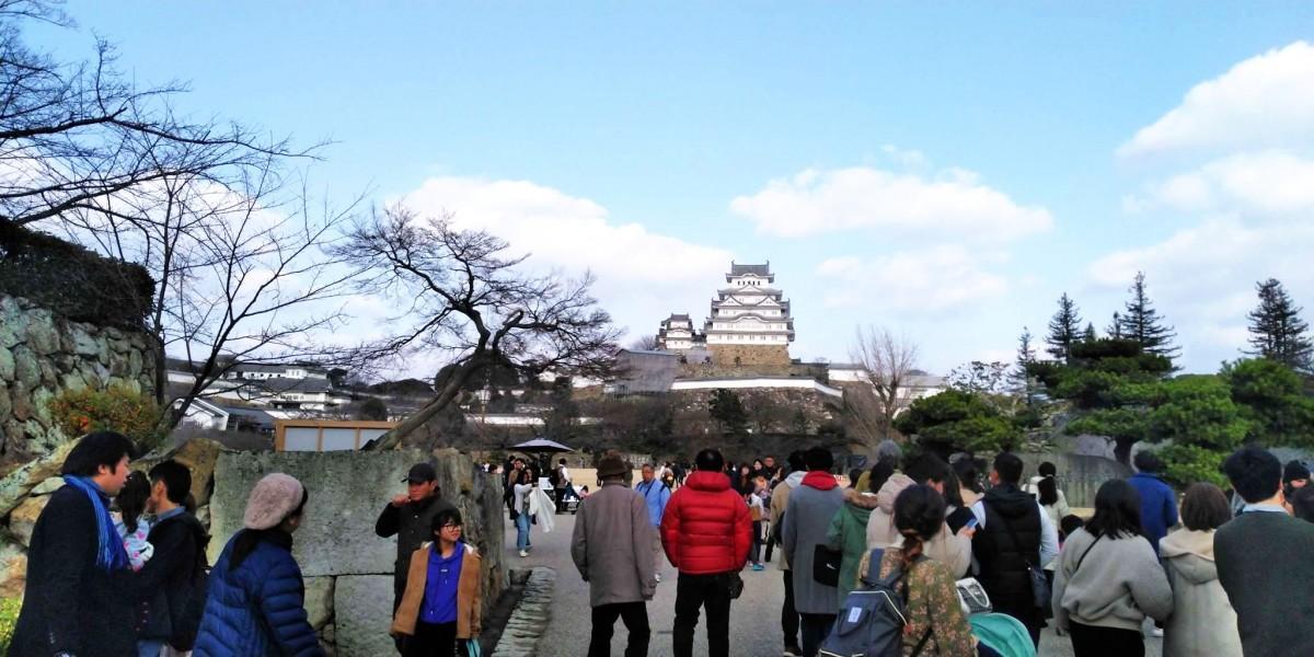 世界遺産国宝姫路城には大勢の観光客らが訪れた