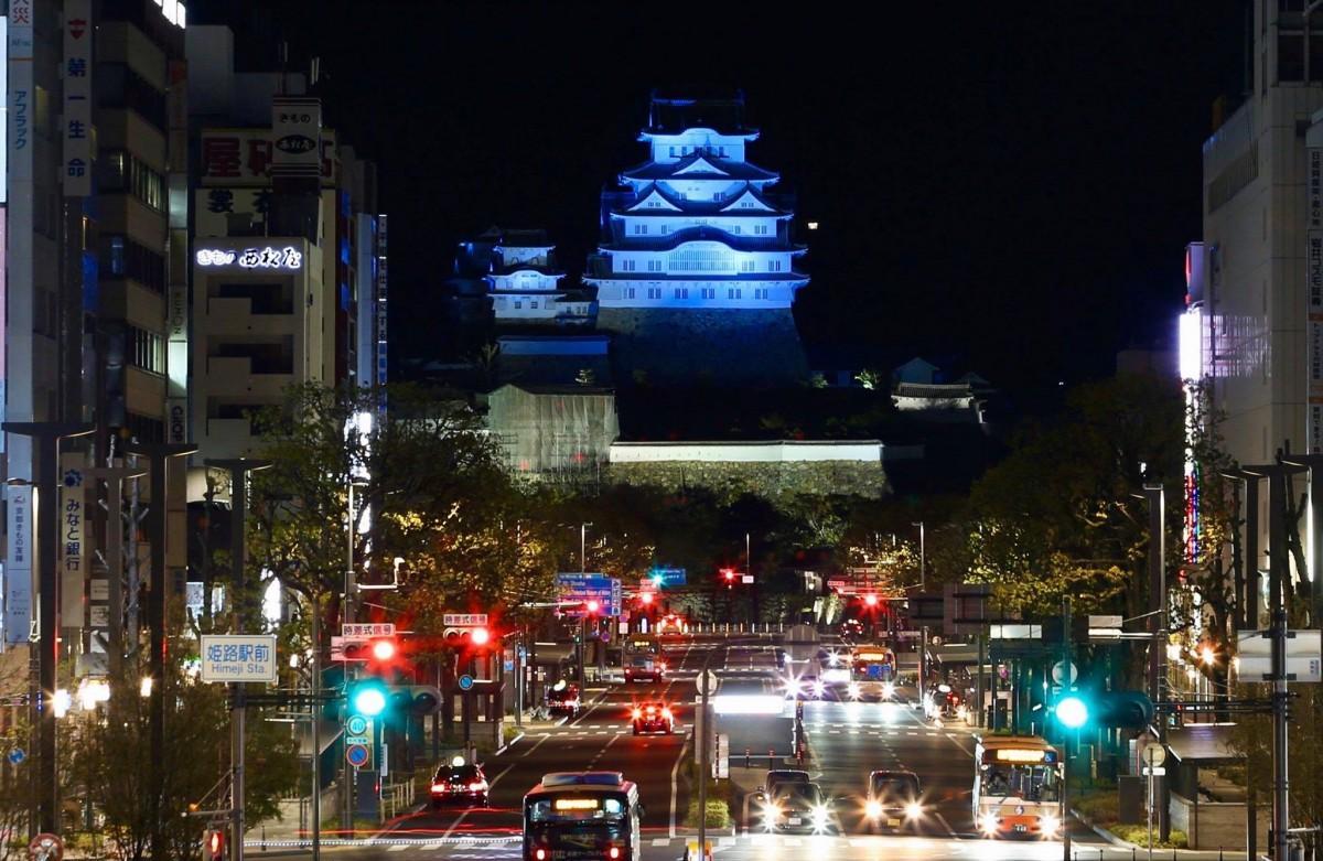 ブルーライトアップが行われた国宝「姫路城」