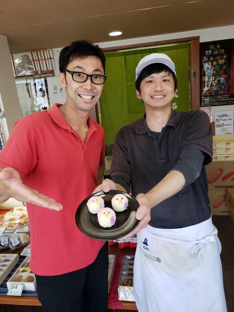 アマビエの生菓子を開発した佐々木龍成さん(右)
