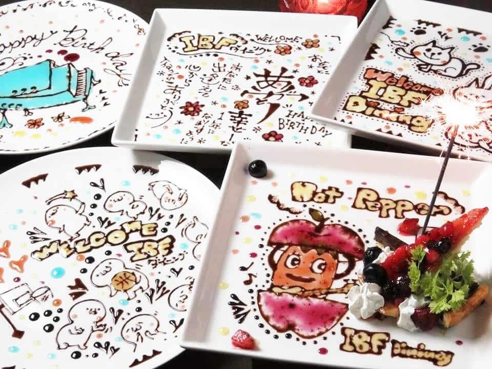 白い大皿にチョコペンで手描きするメッセージプレートが好評