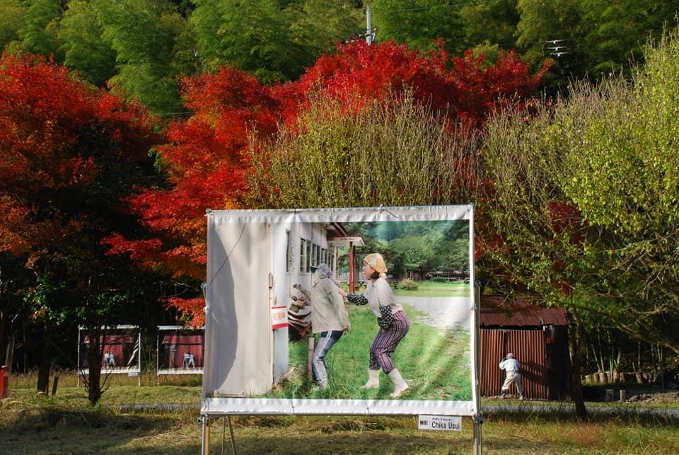 かかしの里の風景を撮影した巨大な写真を多数展示