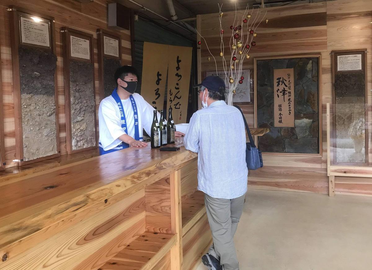 同社専務の本田龍祐さん(左)