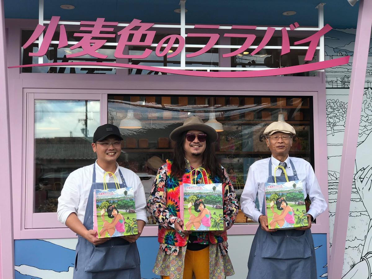 店長の酒木大介さん(左)、ベーカリープロデューサー岸本拓也さん(中央)