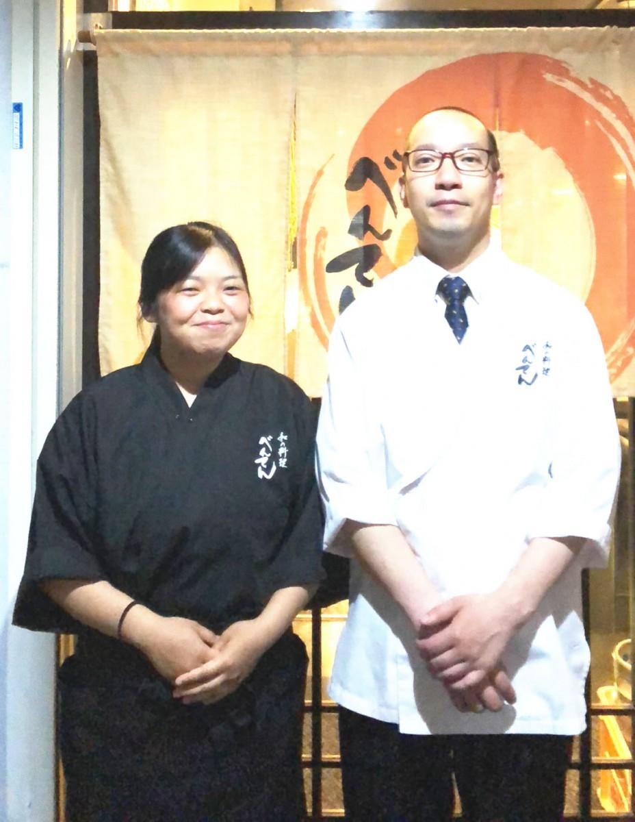 店主の金澤亮さん(右)