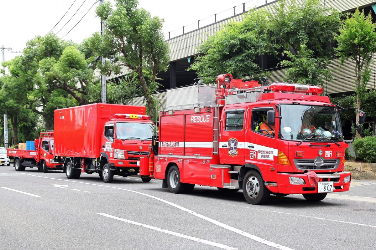 出発した消防車両 - 姫路経済新...