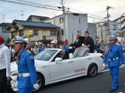 寝屋川出身、大関・豪栄道が優勝パレード 地元凱旋に沿道に多くの人