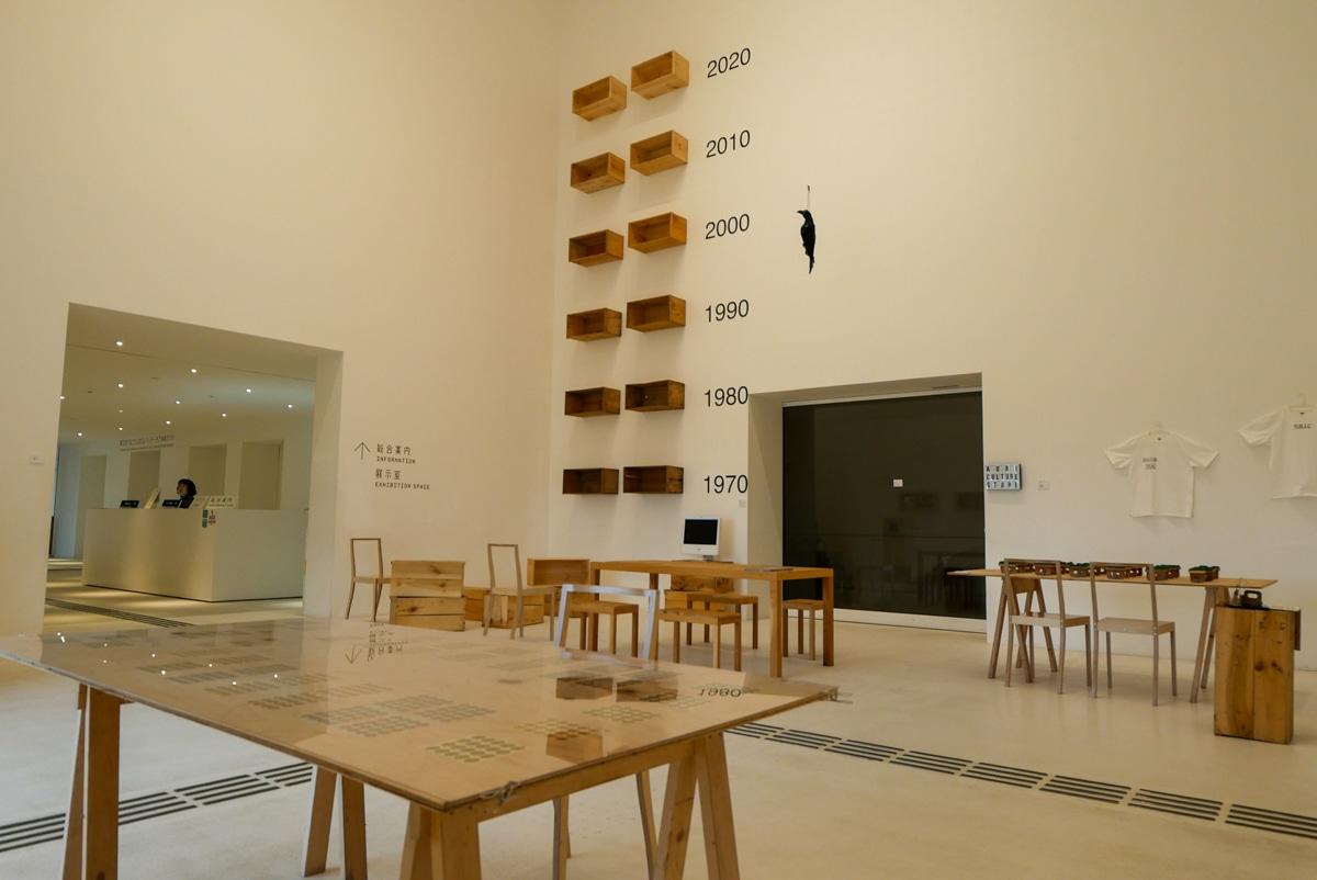 りんご箱の木材で作られた机や椅子などの展示エリア
