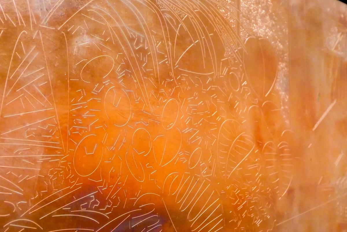 ひとつひとつ線が刻まれ、銅板のアートになっている