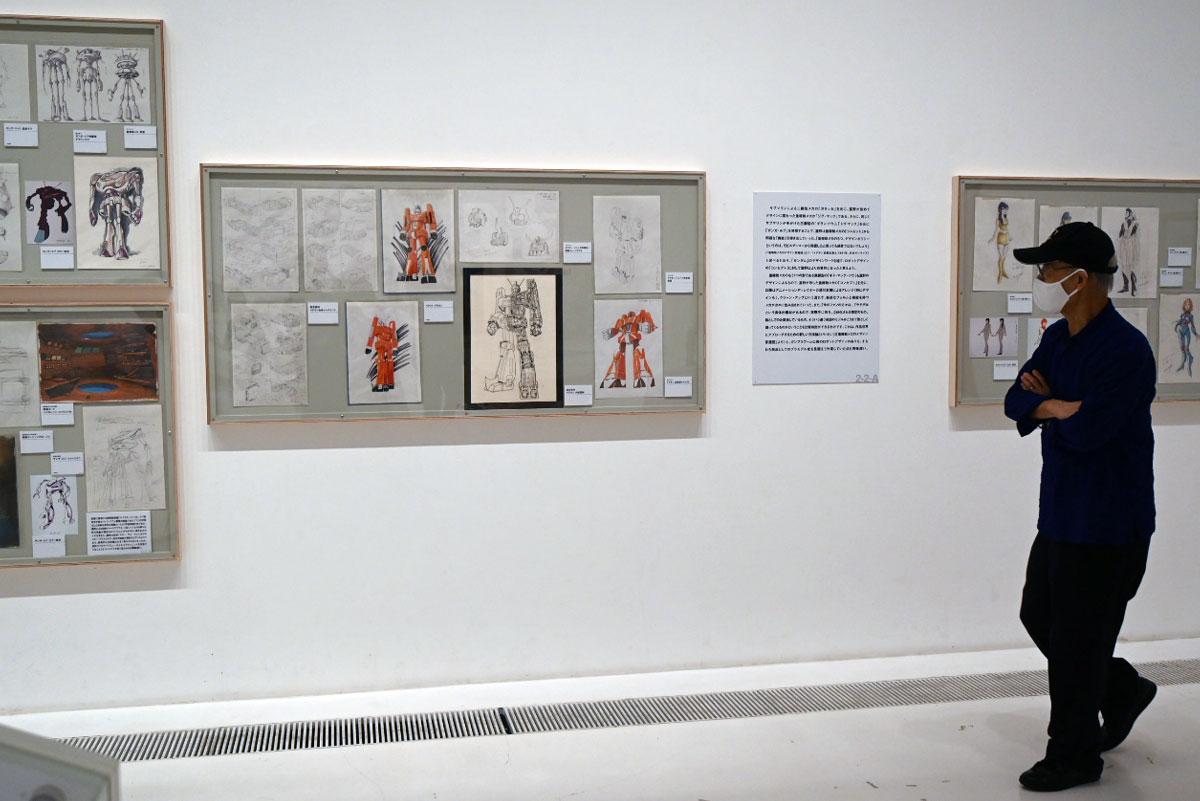 自分の作品ともいえる展示物を興味深く鑑賞していった富野さん