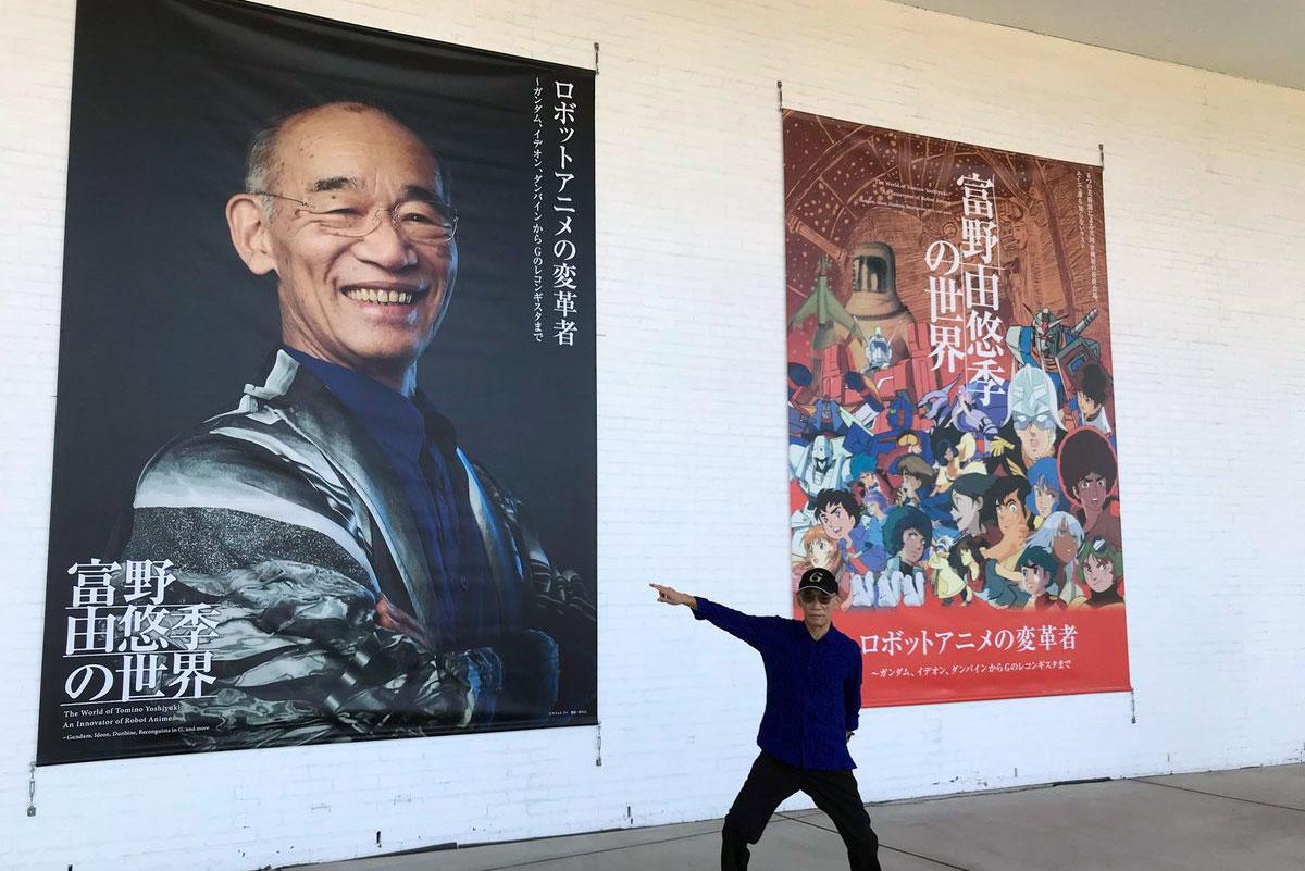 青森県立美術館入り口に掲げられた富野さんの巨大バナー(写真提供=青森県立美術館)