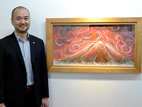 初めて描いた赤い岩木山の絵と並ぶ井上信平さん