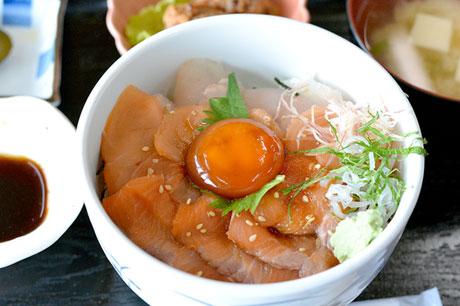 ががめ醤油タレ味の「いとう丼」。幻の魚イトウがふんだんに使われたどんぶりメニュー。開発には5カ月を要したという