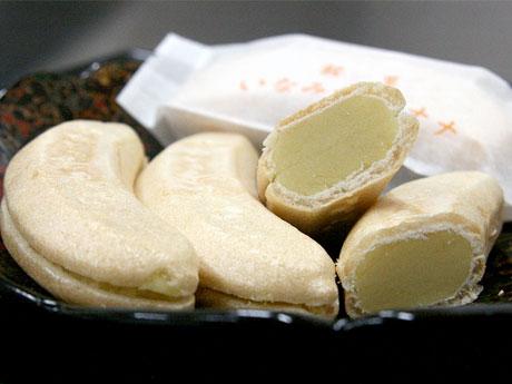 バナナの形を模した最中の皮を特注で使用。県外在住の市民にも、思い出の味として愛される