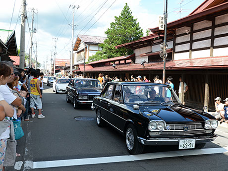 昭和の雰囲気が残る黒石・こみせ通りや横町商店街をクラシックカーがパレードした