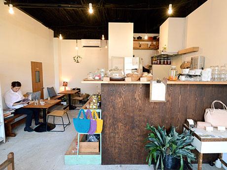 シンプルに空間を生かした「mobile(モビール)」店内。「日常的に寄ってもらえるような店にしたい」と話す店主の工藤さん