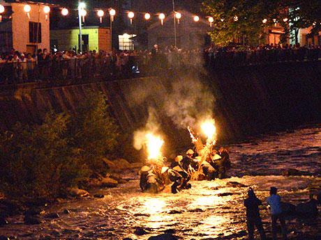 今年の大川原の火流しは、川の深みにはまるなどして3隻目の燃え具合が悪かった