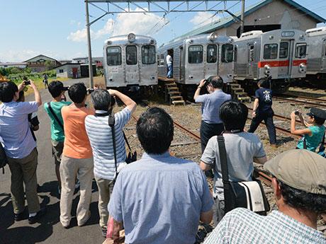 並列する6000系を撮影するラストチャンス。撮影を続ける鉄道ファンたち