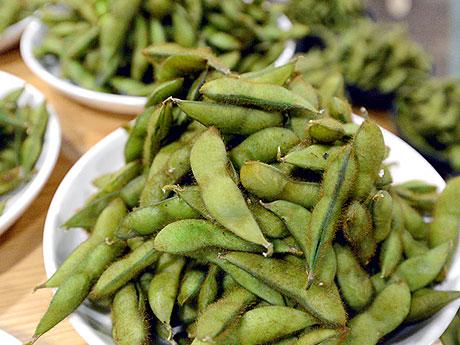 表面にうっすらと見える赤茶の毛が特徴の毛豆。出品された毛豆はそれぞれ生産者によってゆで時間や塩の量が異なる