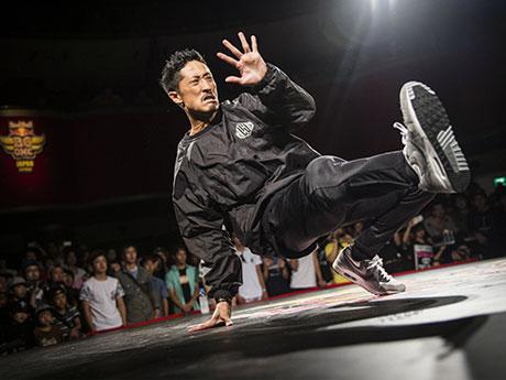 Just Fit・鈴木健久さんのダンスパフォーマンス。東京で行われた日本予選の様子(撮影:Jason Halayko/Red Bull Content Pool)