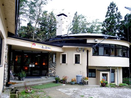 素泊まり専用の温泉宿「森のあかり」の外観。紅葉で有名な「中野もみじ山」や浅瀬石ダムなどが近くにある