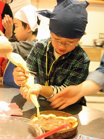 スイーツキットの中にあるメニューの手順通りに従うと、30分~45分ほどでタルト作りは完成するという。使われているリンゴの品種は「アルプスおとめ」