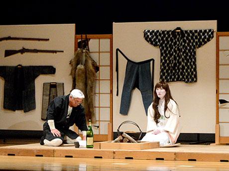 「しがま女房」という雪女伝説を元に出演者は雪女を演じる。「しがま」とは津軽弁で「つらら」の意味