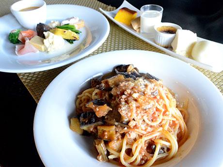 イタリア食堂「ラ・フォンテ」の生麺を使用したパスタBセット。パスタは「挽(ひ)き肉とナスのトマトソース」