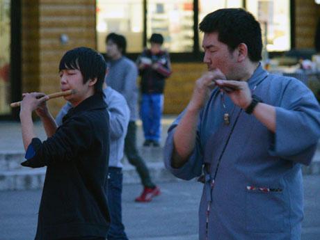ねぷた村職員でもある佐藤ぶん太、さん(右)と共演する横須賀梨樹さん(左)