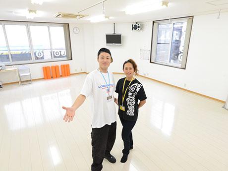 LOCO STUDIOで三上えみさん(右)と三上貴史さん(左)