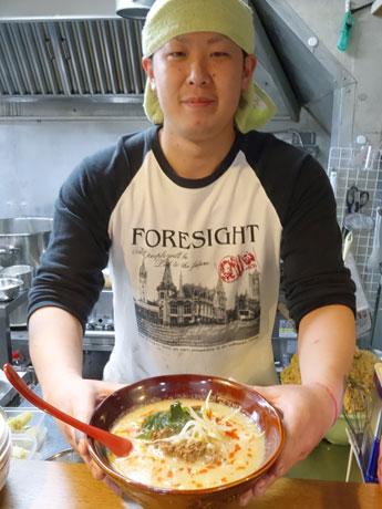「たかおの担々麺」を提供する店主の葛西孝夫さん
