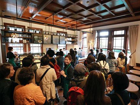 「スターバックスコーヒー弘前公園前店」の店内。4月21日にプレオープンした