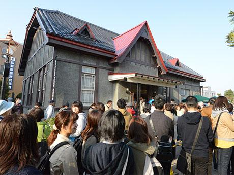「スターバックス弘前公園前店」開店初日の早朝から並ぶ行列
