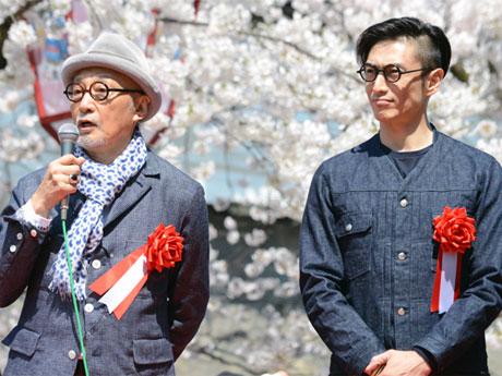 弘前さくらまつり開会式にてあいさつをする伊勢谷友介さん(右)と菊池武夫さん(左)