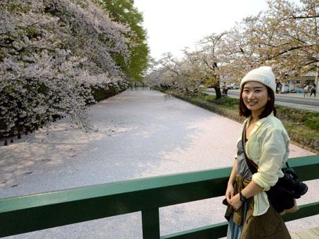 弘前公園の花いかだを初めて見て感激する詩歩さん