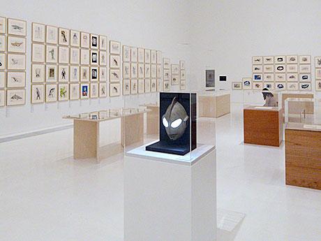 700点以上のデザイン原画やオブジェなどが並ぶ「成田亨 美術/特撮/怪獣」展
