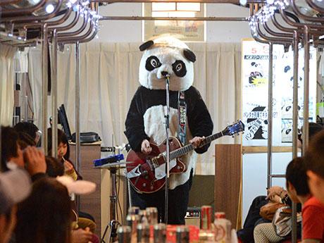 ギターを携え車内でライブを行うギターパンダさん