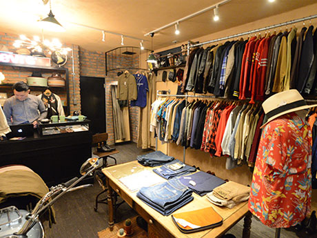 「BUTTON UP clothing」店内。約500点の古着や小物などが並ぶ